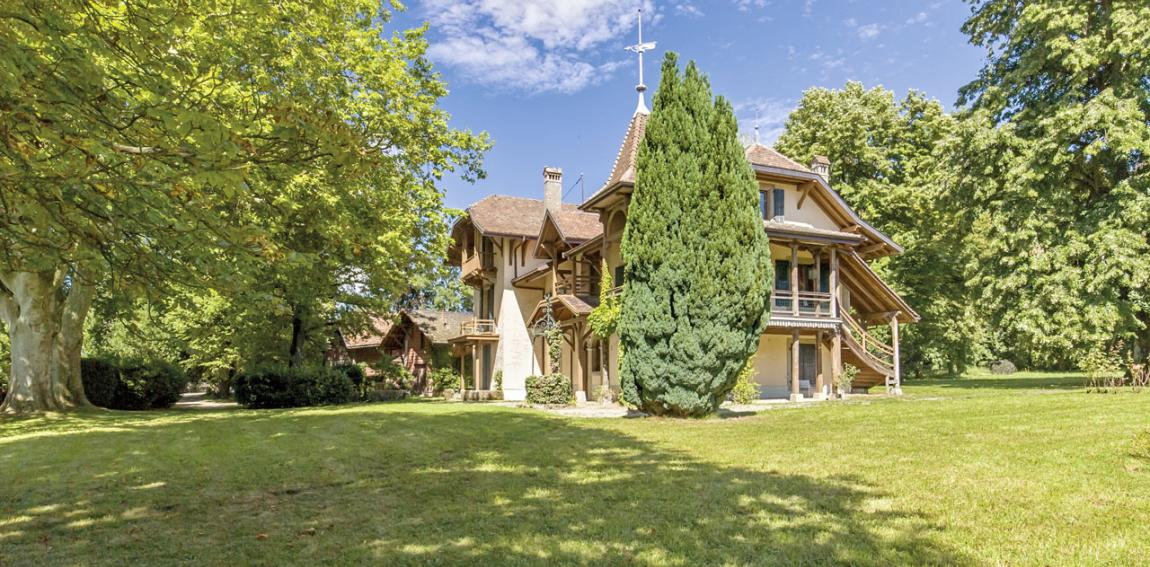 just 20 minutes' drive from Geneva, this unique lakefront property enjoys spacious grounds