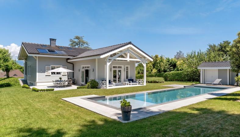 Charming house for sale with views on Lake Geneva.